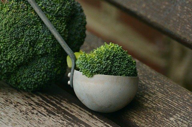 brocoli y cucharón
